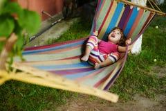 Лежать милой девушки отдыхая на гамаке Стоковые Фотографии RF