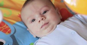Лежать на младенце простыни акции видеоматериалы