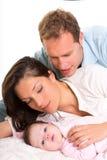 Лежать семьи матери и отца ребёнка счастливый совместно Стоковое Изображение