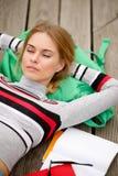 Лежать студента отдыхая на деревянном этапе Стоковая Фотография