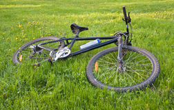 лежать травы велосипеда стоковая фотография