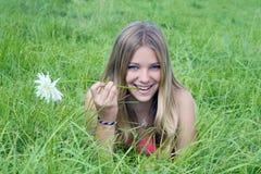 лежать травы девушки поля Стоковое фото RF
