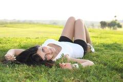 лежать травы девушки Стоковое Фото