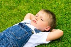 лежать травы ребенка Стоковая Фотография