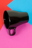 лежать чашки предпосылки черный цветастый Стоковое фото RF