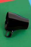 лежать чашки предпосылки черный цветастый Стоковая Фотография