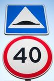 Лежачий полицейский и ограничение в скорости зона изолировала пешеходов запретила ограниченные дорожные знаки вверх стоковая фотография rf