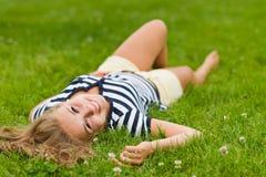 Лежа девушка стоковые фотографии rf