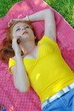 лежа детеныши женщины телефона говоря Стоковые Фотографии RF