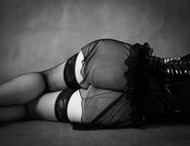 Лежа женщина в кожаном корсете Вид сзади, часть стоковое фото rf