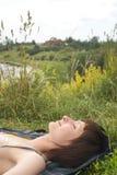 лежа женщина Стоковые Фотографии RF