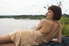 лежа женщина Стоковые Фото