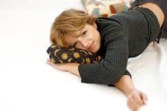 лежа женщина Стоковая Фотография