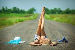 лежа запальчиво женщина дороги Стоковое Изображение