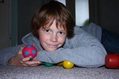 Лежа мальчик Стоковые Фото