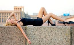 лежа чувственная женщина Стоковая Фотография
