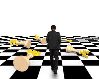 Лежа шахмат денег с идти бизнесмена Стоковые Фото