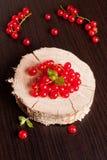 Лежите на ветви деревянной доски красных смородин Стоковая Фотография