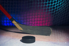 Лезвие деревянной хоккейной клюшки на льде Стоковая Фотография RF