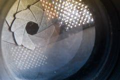 Лезвия апертуры диафрагмы камеры с пирофакелом и отражение на объективе Стоковое Изображение