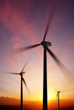 Лезвия ветротурбины закручивая на заход солнца Стоковая Фотография RF