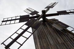 Лезвия деревянной ветрянки против неба Стоковые Изображения RF