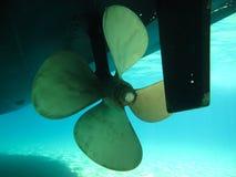 Лезвия мотора быстро проходят ротор шлюпки, лицевая сторона стоковая фотография