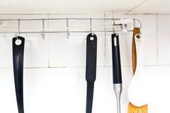 Лезвия на шкафе в кухне стоковая фотография rf