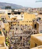 Лейбористы работая на реабилитации в дубильне кожи Chouwara в Fez El Бали Medina Стоковые Изображения