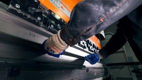 Лейборист работая с металлическим листом на тормозе гидравлической прессы CNC Конец-вверх акции видеоматериалы