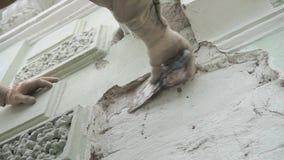 Лейборист человека в форме безопасности конструкции штукатурит стена с инструментом шпателя сток-видео