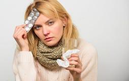 Лекарства взятия для уменьшения лихорадки Tousled женщиной владение шарфа волос tablets волдырь Директивы для обрабатывать лихора стоковые фото