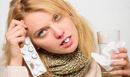 Лекарства взятия, который нужно получить освобожданный холода Директивы для обрабатывать холод Таблетка девушки в воде питья рта  стоковое изображение