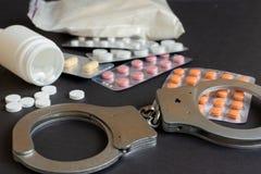 Лекарства и состав наручников Селективный фокус стоковые фото