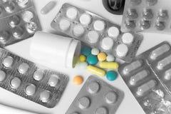 Лекарства, таблетки, капсулы на таблице стоковое изображение