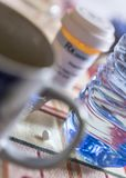 Лекарство во время завтрака, капсул рядом со стеклом воды стоковое фото rf
