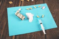 Лекарство и шприц с наркотическим стоковое изображение rf