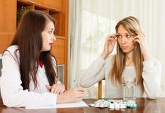 Лекарство доктора предписывая к женщине Стоковое Фото