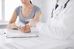 Лекарство пациента и доктора предписывая Стоковые Фото