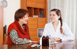 Лекарство счастливого доктора предписывая к старшей женщине Стоковые Изображения