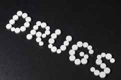` Лекарств ` слова положено из пилюлек на темную предпосылку, взгляд сверху стоковая фотография rf