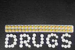` Лекарств ` слова положено из пилюлек на темную предпосылку с пакетами пилюлек стоковое изображение rf