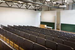 Лекционный зал университета за передним интерьером Archit строк стульев Стоковое фото RF