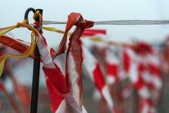 Лента барьера пластмассы при красные и белые нашивки порхая внутри Стоковые Фото