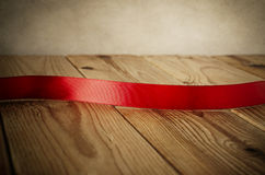 Лента винтажного стиля красная на древесине Стоковые Фото