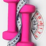Лента гантели измеряя на масштабе веса Фитнес Стоковое Изображение RF