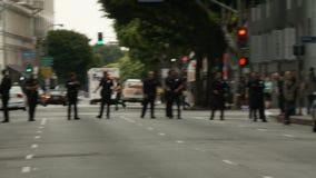 Лента желтого цвета LAPD, сигналит внутри видеоматериал