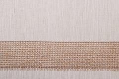Лента джута на предпосылке linen ткани Стоковая Фотография RF
