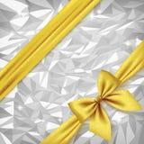 Лента и смычок золота на яркой серебряной фольге текстурируют предпосылку иллюстрация штока