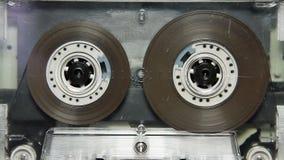 Лента магнитофонной кассеты с пустым белым ярлыком видеоматериал
